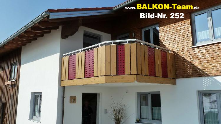 Fassadengestaltung holzoptik  senkrechte Balkonverkleidung in Holzoptik
